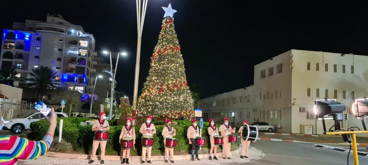 المراكز الجماهيرية- أسوار عكا تبادر إلى إضاءة شجرة الميلاد السنوية في المدينة