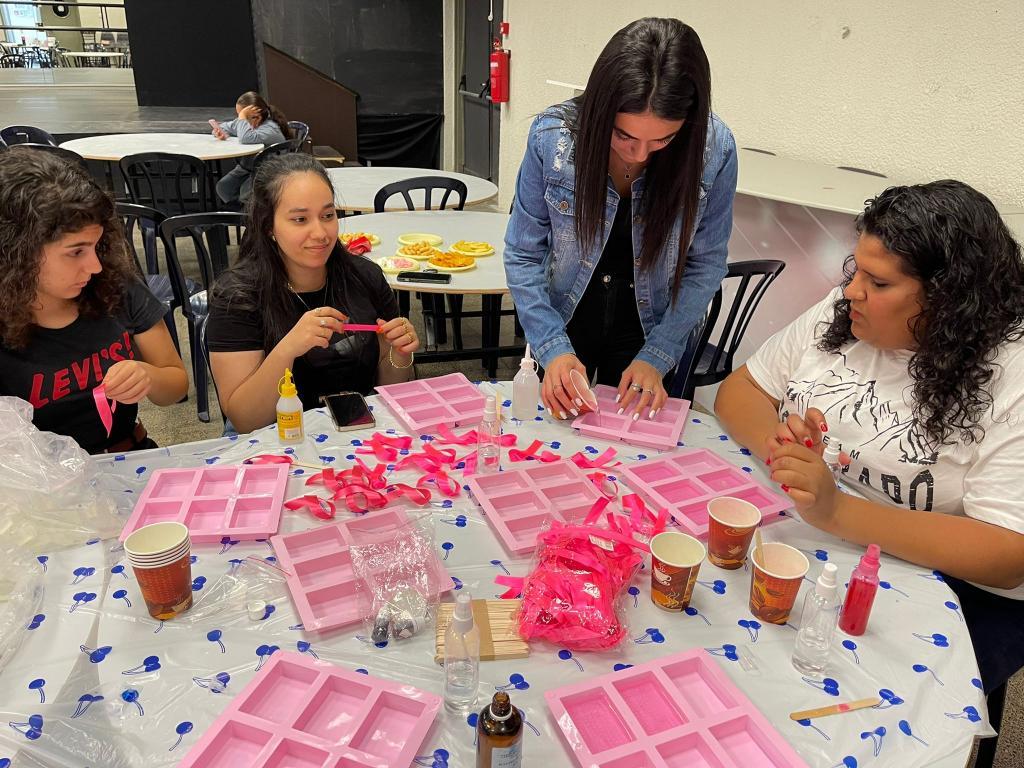 """مجموعة """" صبايا كوني انت """" يصنعن صابونًا خاصًا لشهر التوعية لسرطان الثدي"""