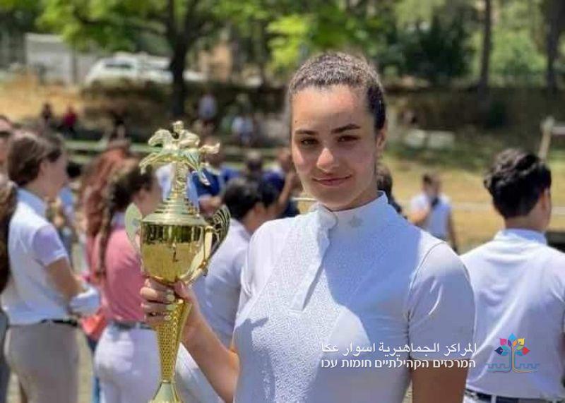 الشابة العكية عدن شريف عطر تفوز بجائزة أفضل راكبة خيل للعام 2021